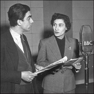 Ο Δημήτρης Χορν και η Έλσα Βεργή προβάρουν θεατρικό �ργο για το ειδικό πρόγραμμα που μετ�δωσε η Ελληνική Υπηρεσία του BBC το 1950.