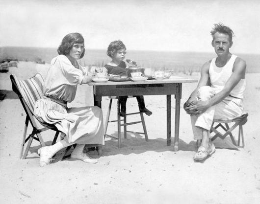 Eugene O'Neill με τη γυναίκα του και την κόρη τουστο Cape Cod, 1922.
