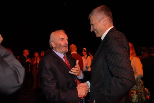 Ο Υπουργός Πολιτισμού της Σερβίας,  Νεμπόισα Μπράντις, συγχαίρει τον Νικήτα Τσακίρογλου μετά την παρουσίαση της παράστασης του Βασιλιά Ληρ στο Εθνικό Θέατρο του Βελιγραδίου.