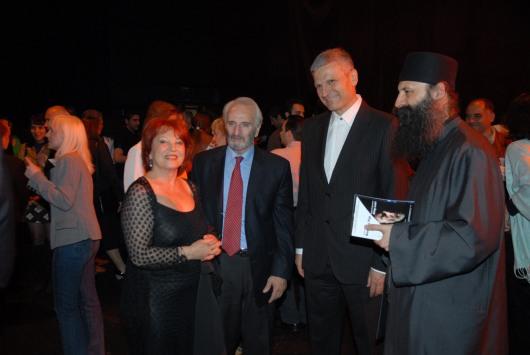 Ο θεοφιλέστατος Επίσκοπος Εγαρίου Πορφύριος, ο Υπουργός Πολιτισμού της Σερβίας,  Νεμπόισα Μπράντις με το Νικήτα Τσακίρογλου και τη Χρυσούλα Διαβάτη μετά την παρουσίαση της παράστασης του Βασιλιά Ληρ στο Εθνικό Θέατρο του Βελιγραδίου.