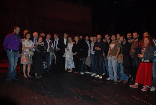 Ο θίασος και οι συντελεστές του «Βασιλιά Ληρ» με τον Υπουργό Πολιτισμού της Σερβίας Νεμπόισα Μπράντις, τον σκηνοθέτη - συγγραφέα Ντούσαν Κοβάσεβιτς και τη μεταφράστρια Γκάγκα Ρόσιτς.